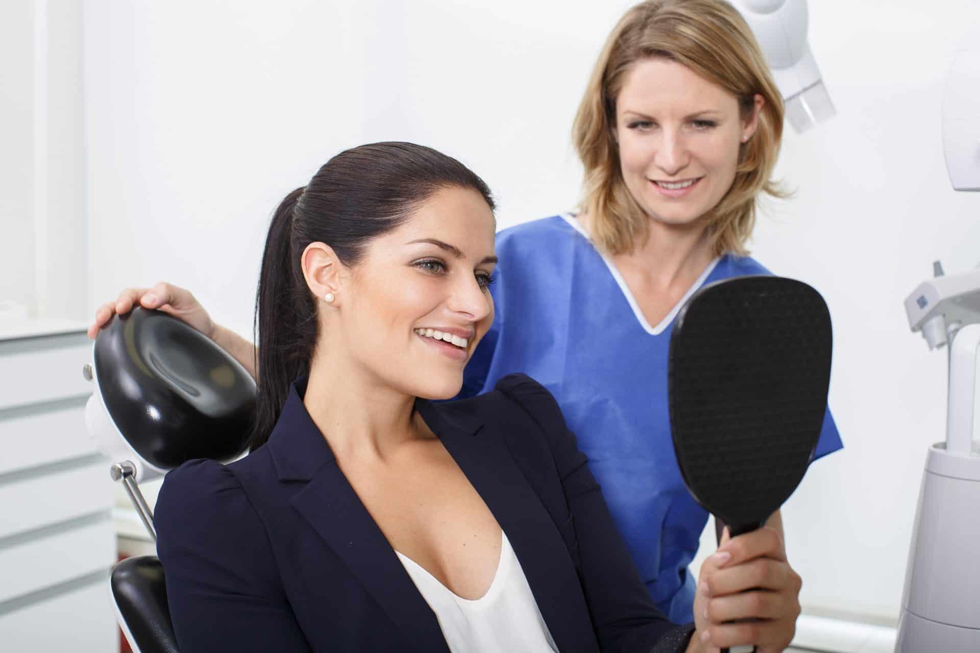 Patienting mit Spiegel nach Bleaching