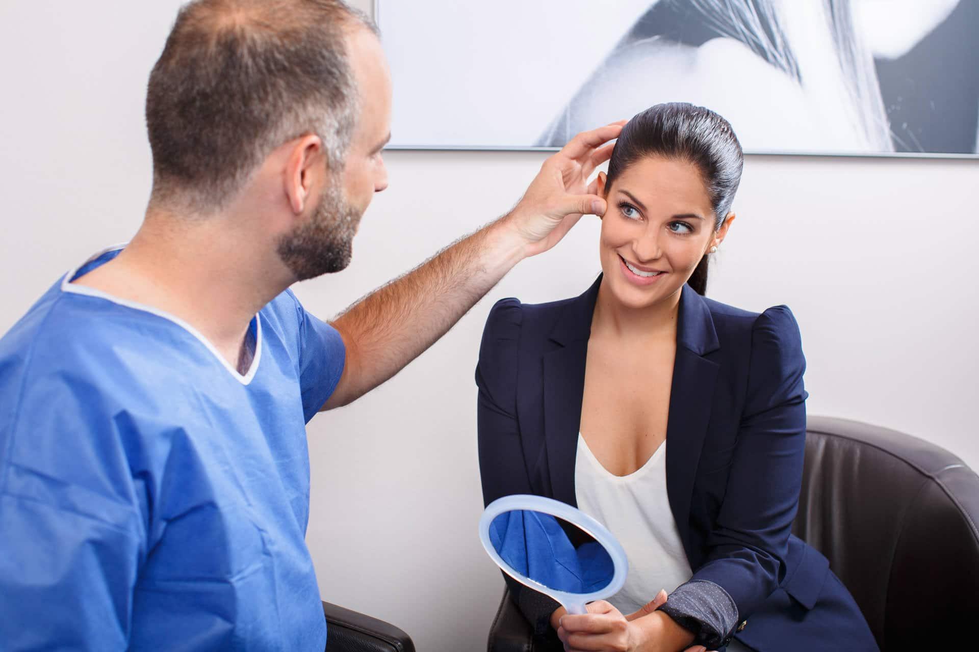 Schönheitschirurg berät Patietin zu einem Facelifting