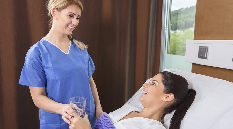 Beratung für die Hautstraffung an Oberarmen durch plastischen Chirurgen in Schönheitsklinik Nahe der Schweiz