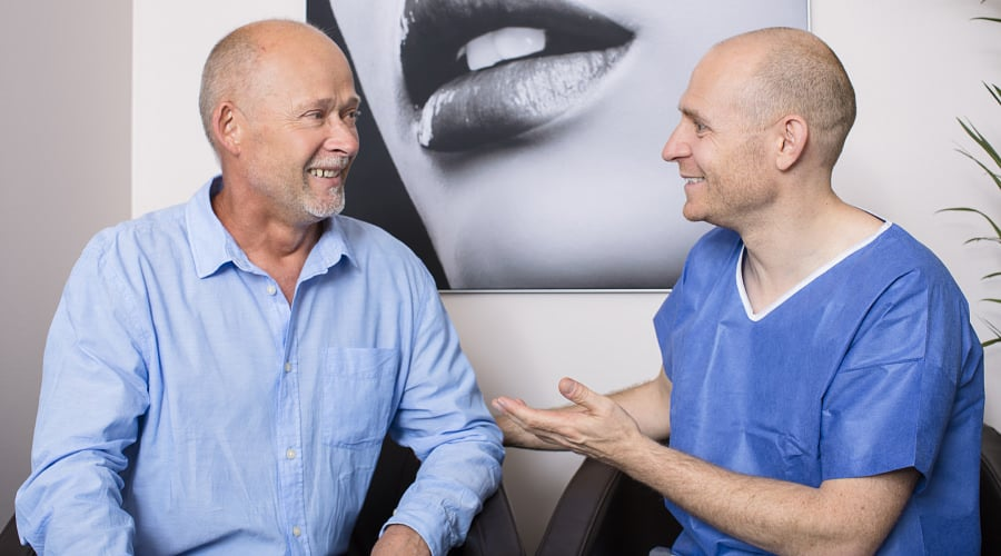 Beratung für die Brustverkleinerung/Gynäkomastie beim Mann durch plastischen Chirurgen in Schönheitsklinik Nahe Zürich