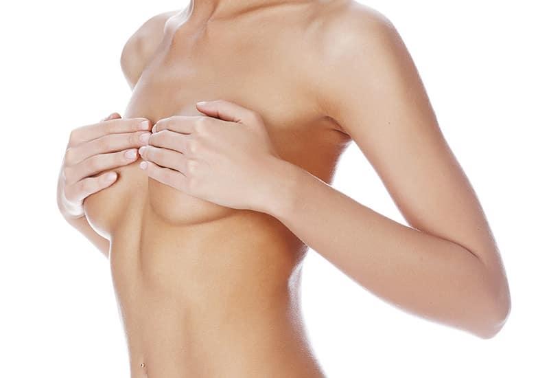 Beratung für Bruststraffung durch plastischen Chirurgen in Schönheitsklinik Nahe der Schweiz