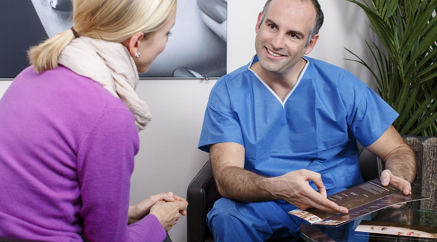Beratung für Bruststraffung durch Schönheitschirurg in Klinik für Schönheits-OP