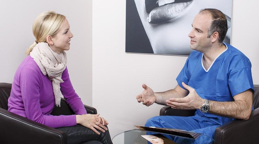 Beratung für Brustvergrößerung mit Eigenfett durch plastischen Chirurgen in Schönheitsklinik bei Zürich