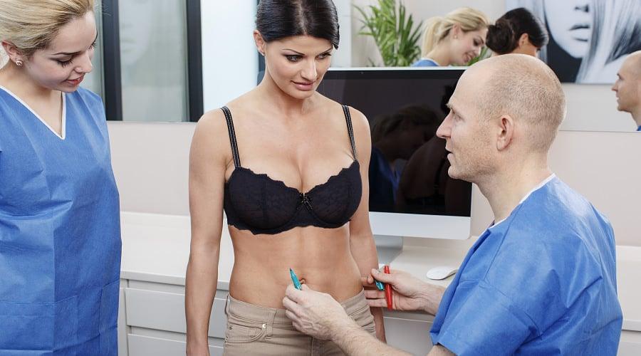 Beratung für Brustverkleinerung durch plastischen Chirurgen in Schönheitsklinik bei Basel