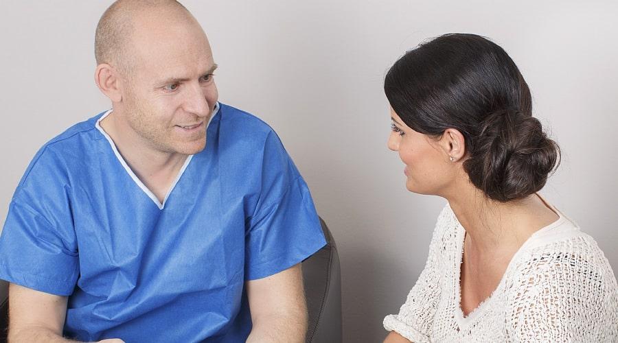 Beratung für Brustwarzenkorrektur durch plastischen Chirurgen in Schönheitsklinik Nahe Zürich