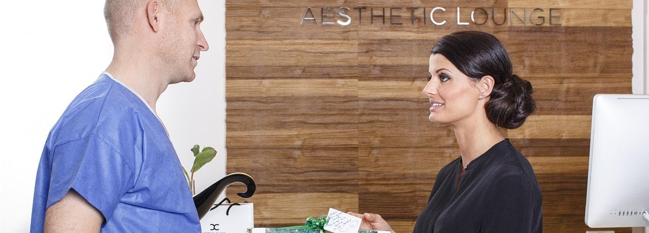 Beratung für Bruststraffung durch Schönheitschirurg in Klinik für Schönheitsoperationen