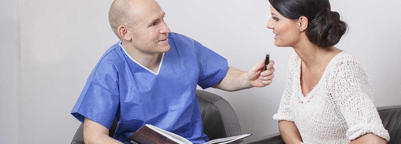 Gute Beratung für die Halsstraffung durch plastischen Chirurgen in Schönheitsklinik Nahe der Zürich