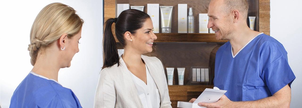 Kompetente Beratung für Unterlidkorrektur durch Schönheitschirurg in Klinik für Schönheitsoperationen