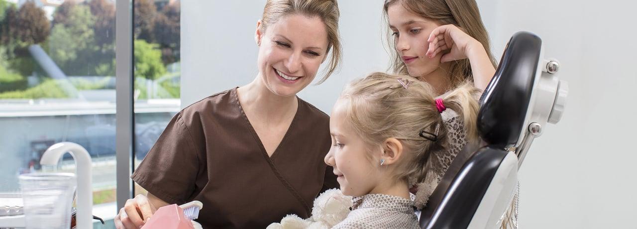 Behandlung von Kindern durch Zahnarzt in Klinik für Zahnmedizin in Lörrach und Waldshut