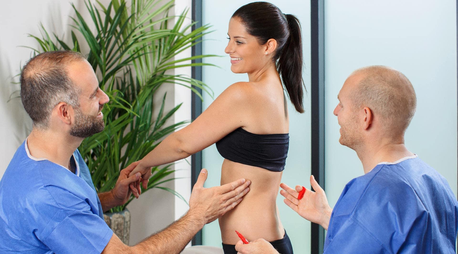 Beratung für die Fettabsaugung durch Schönheitschirurg in Klinik für Schönheits-OP