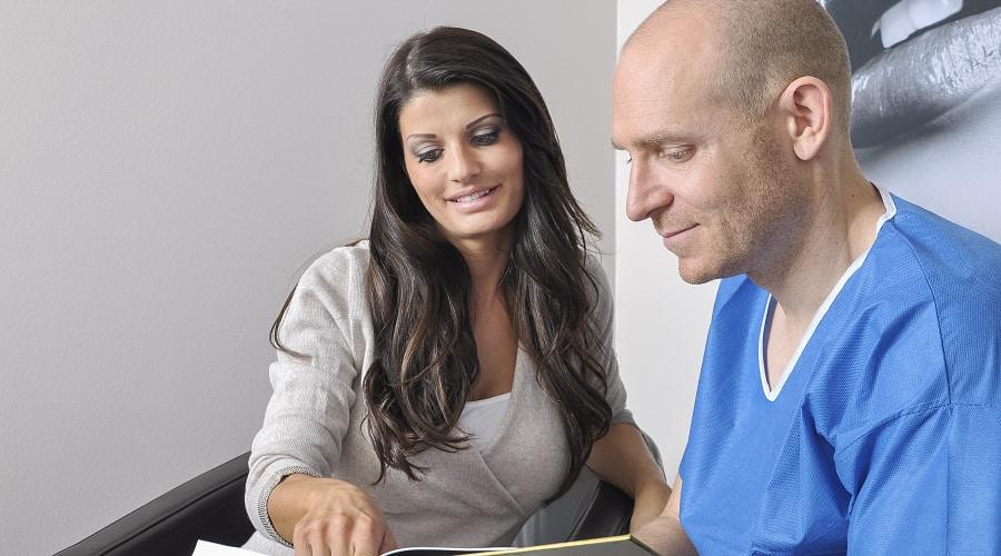 Arz erklärt Patientin die Vorteile einer Laserhaarentfernung