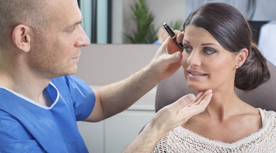 Gute Beratung für die Hautverjüngung durch plastischen Chirurgen in Schönheitsklinik Nahe der Schweiz