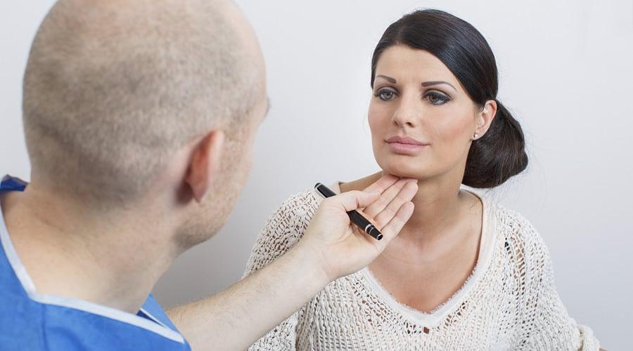 Beratung für Lippenunterspritzung durch Schönheitschirurg in Klinik für Schönheits-OP
