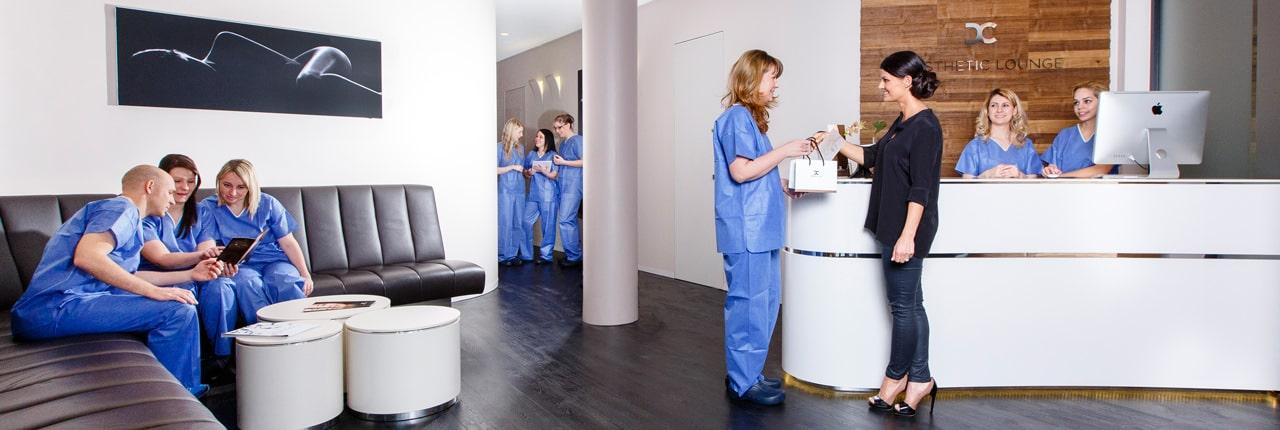 Gute Beratung für die Hautverjüngung durch plastischen Chirurgen in Schönheitsklinik Nahe der Zürich