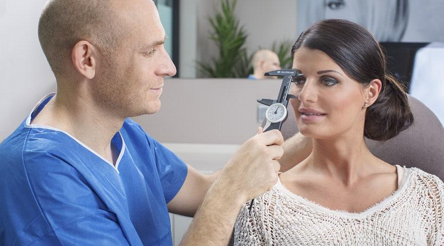 Beratung für Nasenkorrektur durch Schönheitschirurg in Klinik für Schönheits-OP