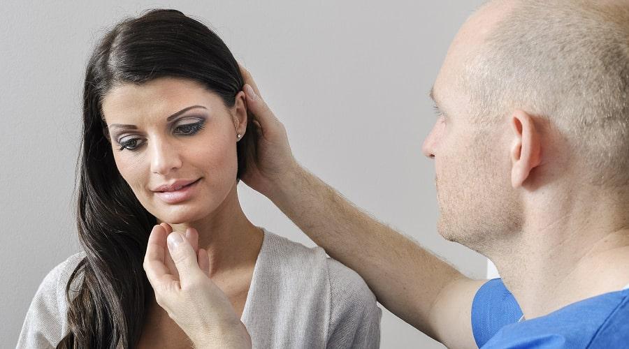 Chirurg in der Beratung für eine Ohrkorrektur
