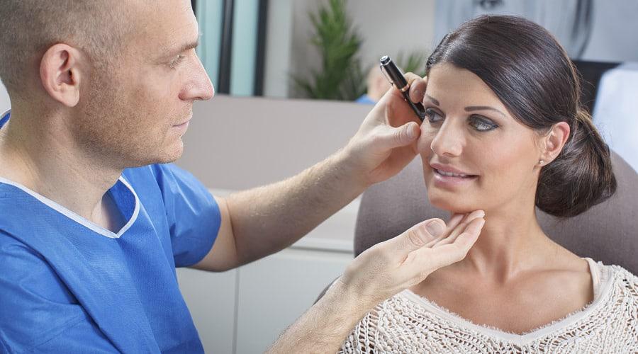 Dr. Dr. Andreas Dorow berät Patientin zu einer Kinnkorrektur