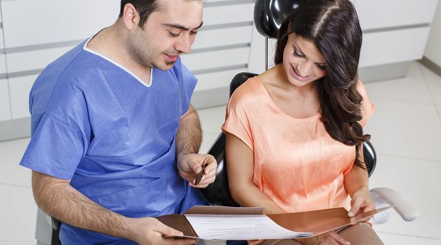 Beratung für Wurzelkanalbehandlung durch Zahnarzt in Klinik für Zahnimplantate und Zahnersatz in Waldshut