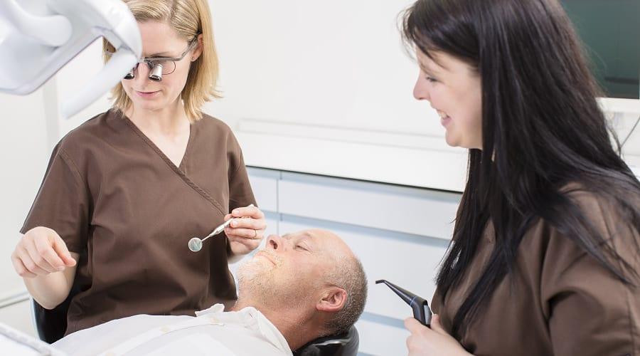 Beratung bei Zahnfleischerkrankung und Parodontitis durch Zahnarzt in Klinik für Zahnimplantate und Zahnersatz in Waldshut