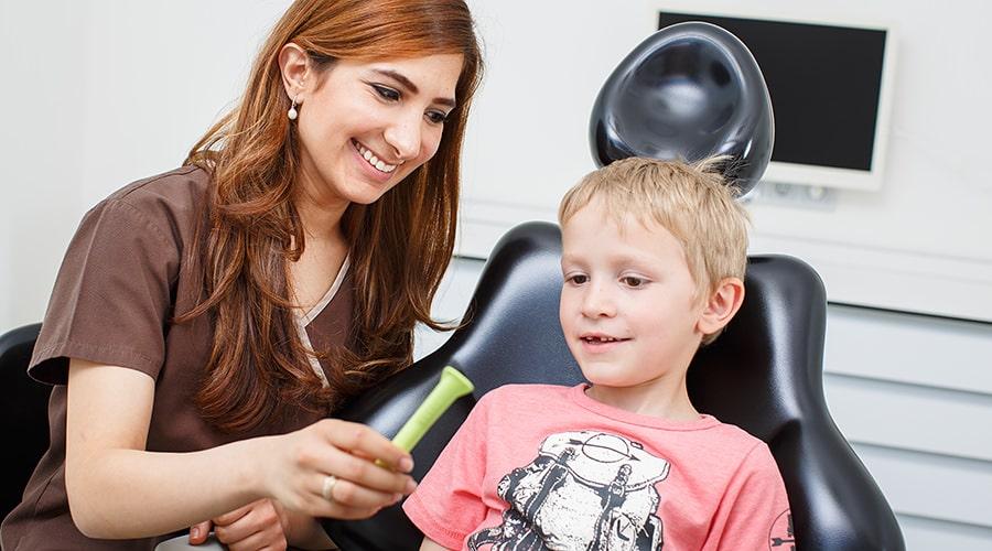Behandlung von Kindern durch Zahnarzt in Klinik für Zahnimplantate und Zahnersatz in Waldshut