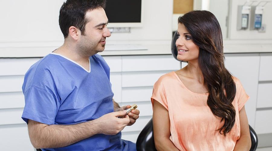Beratung für Zahnimplantate durch Zahnarzt in Klinik für Zahnimplantate und Zahnersatz in Waldshut