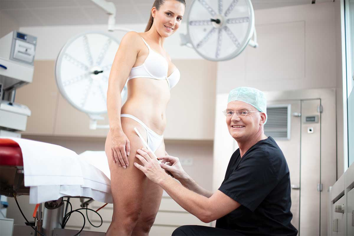 Ärzte beraten Frau zur Oberschenkelstraffung