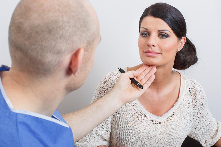 Arzt betont Lippen einer Patientin.